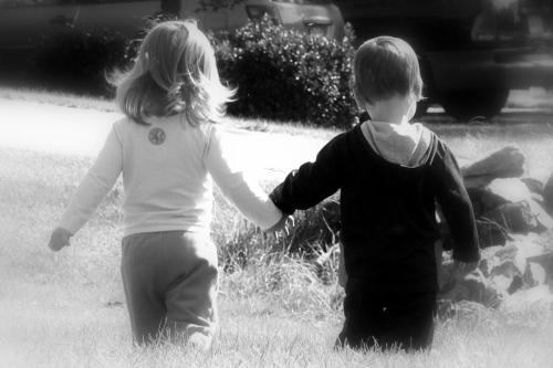 Holding_hands_b_w
